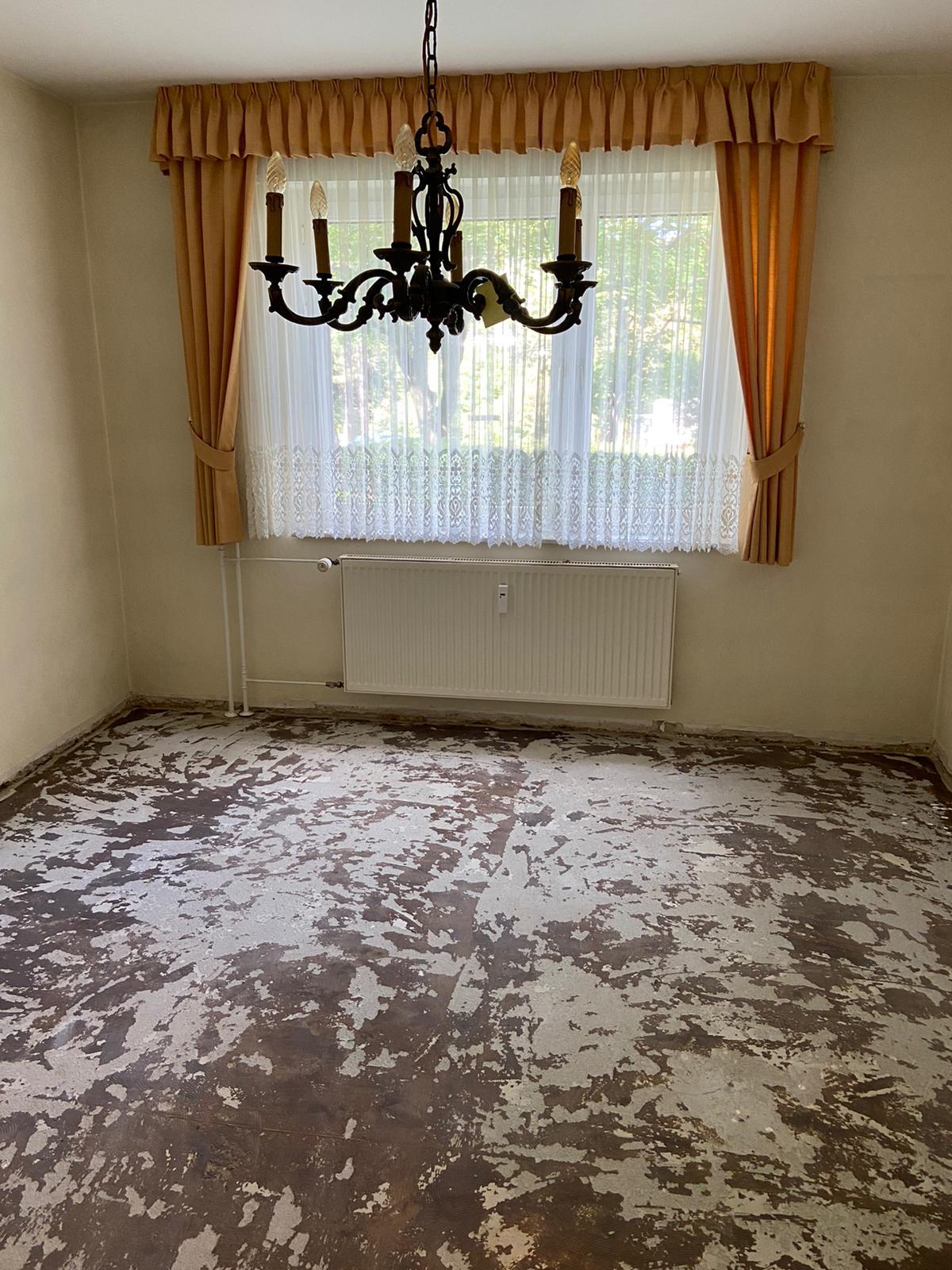 Wohnungsauflösung, Entrümpelung, geräumte Wohnung mit Teppich Entfernung Bad-Soden